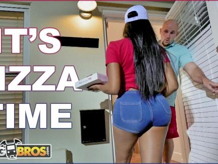Negra Delivery De Pizzas Tirando Con Cliente