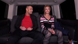 hombre tras ver porno de mujeres culonas se el hace realidad su deseos en un taxi con una rubia