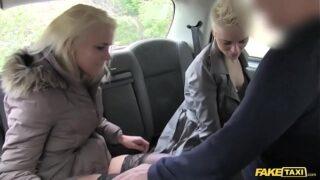 Taxi trío anal en taxi cogiendo maduras